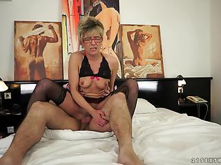 Mature hottie with trimmed pussy received a messy load of semen