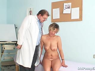 Real MILF with huge saggy tits opens her pussy for a doctor