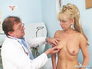 Dirty-minded doctor and awesome cougar with wide-opened pussy