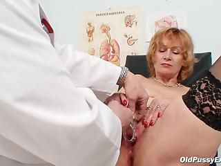 Mature lady comes in gyno cabinet for usual pussy check-up