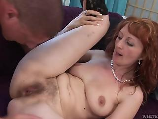 Pretty housewife invited inamorato to penetrate her hairy peach