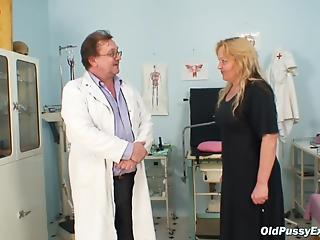 Skillful gynecologist verifies old pussy of attractive patient