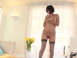 Extremely sexy MILF kneels down just to give a good deepthroat